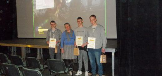 Uczniowie prezentują otrzymane nagrody