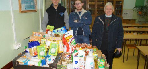 Tomek i Łukasz w czasie akcji zbierania paczki świątecznej